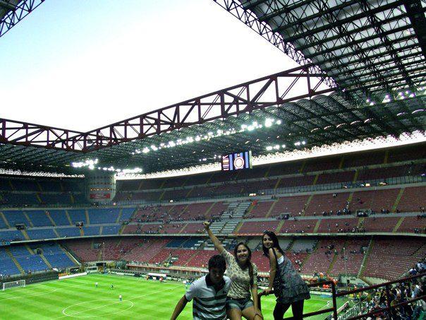 dentro do estádio de futebol