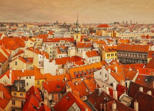 Praga vista de cima, com vários telhados e torres