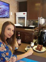 menina degusta café e bolo de chocolate