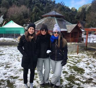 três mulheres encasacadas