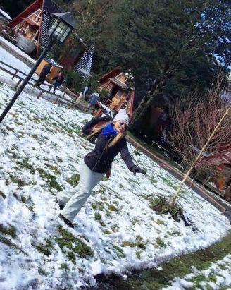 menina faz bola de neve e arremessa