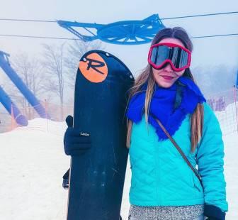 menina com vestes de snowboarding