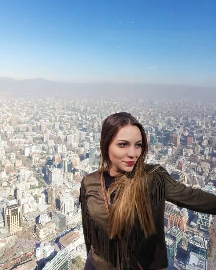 menina com vista completa de Santiago, no Sky Costanera