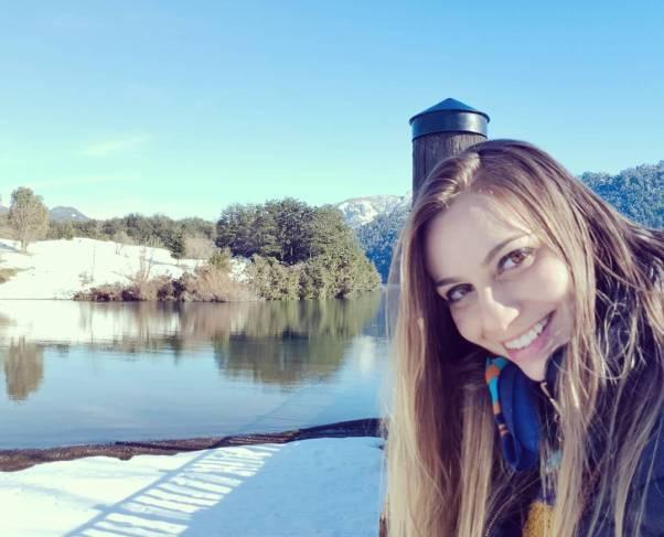 menina sorrindo na neve