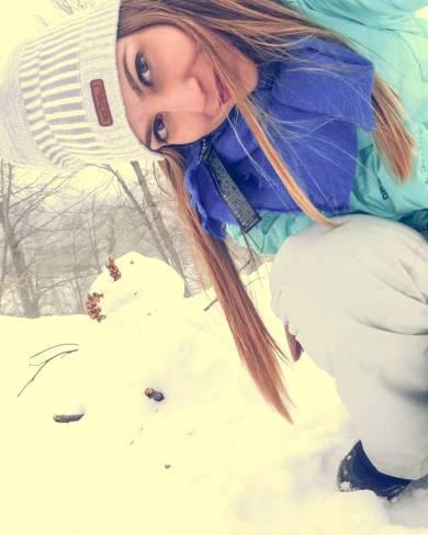 menina faz boneco de neve