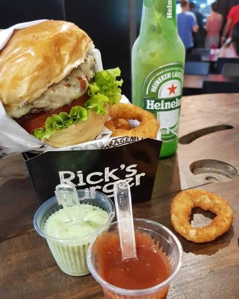 hambúrguer, molhos, heineken e onion rings