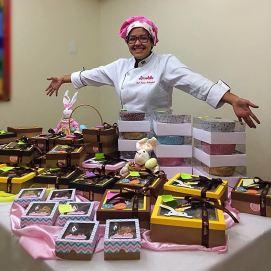 confeiteira com seus produtos de chocolate