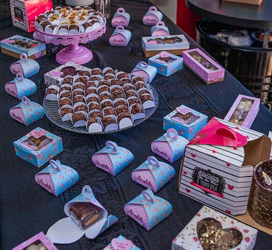 caixinhas de brigadeiros, chocotones e chocolates em geral