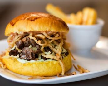 burger de costela bovina, cebola crispy e batata frita